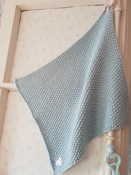 Handtuch aus Baumwolle (eisblau) gestrickt mit Häkel Blume